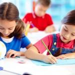 деца учат в класна стая
